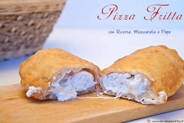 Pizza fritta con ricotta mozzarella e pepe con pasta madre o lievito di birra